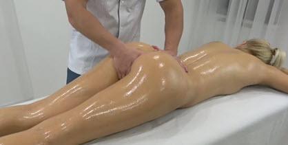 Домашняя мастурбация крупным планом от зрелой дамочки с бритой киской